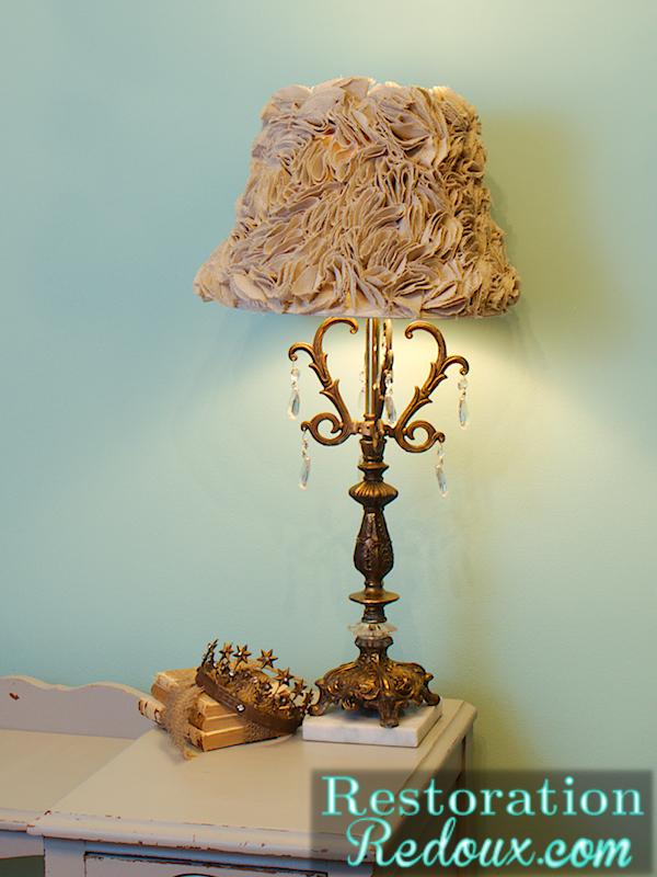 relooker un abat jour avec des rosettes de tissu tutoriel gratuit diy tutolibre. Black Bedroom Furniture Sets. Home Design Ideas